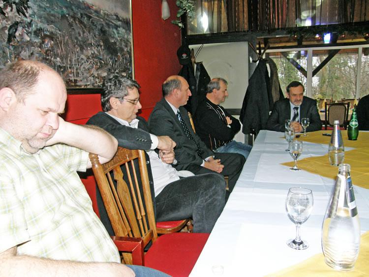 Elegantni predsjednik Uprave Slavena Belupa Stanislav Biondić, sasvim desno sa suradnicima, na novogodišnjem prijemu novinara u Crnoj gori