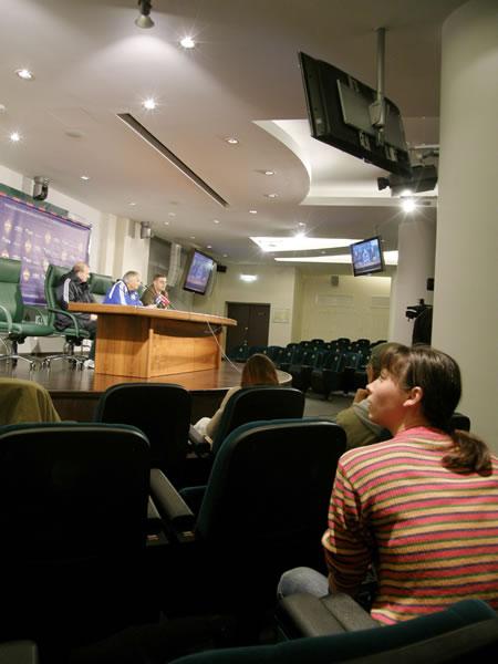 Press dvorana na stadionu u Moskvi s nekoliko TV ekrana i više od stotinu mjesta