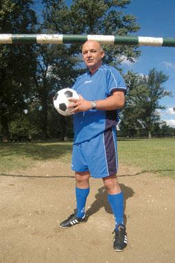 Ljubo Jurlić voli sport: osim nogometne treba mu darovati i rukometnu loptu, d shvati kamo je došao; slika s weba Nacionala