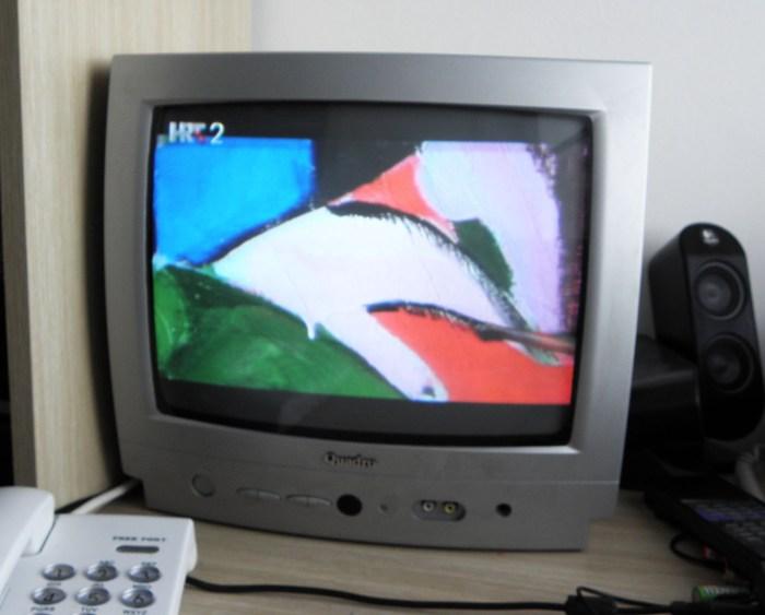Televizor Quadro s kojeg gledam slike iz Bjelovara; na vlastitom radnom stolu snimio autor