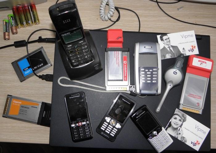 Dokaz da ne lažem: svi moji bivši i sadašnji mobiteli i priključci (jeste li uočili legendarni Sony?) te darovani neotvornei VIPme: tko bi sve to platio? Snimio autor na stolu radne sobe