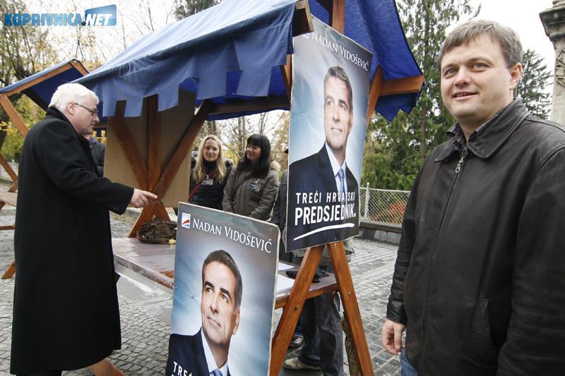 Ivo Josipović proveo je nekoliko minuta i na štandu predsjedničkog protukandidata Nadana Vidoševića. Snimio: Marijan Sušenj