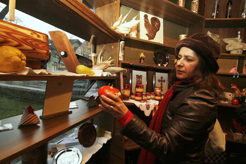 U suvenirnici se, za sada, nudi 50-ak proizvoda domaćih obrtnika. Snimio: Marijan Sušenj