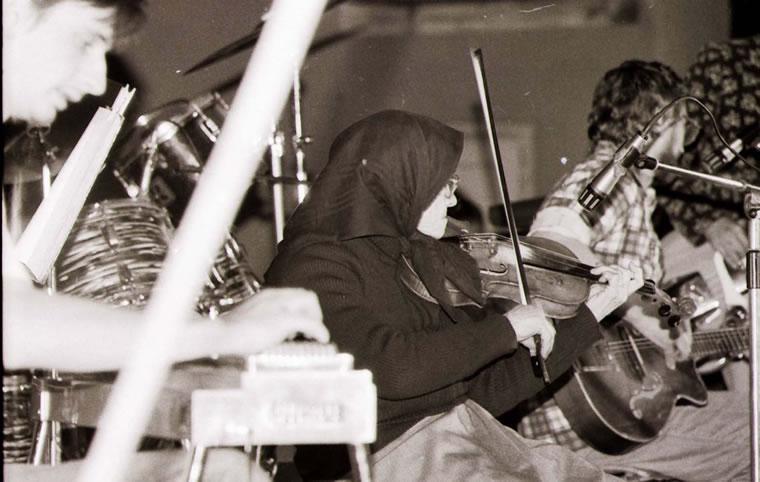 Mariška svira na izboru miss u dvorištu Domoljuba; snimio Ivo Čičin-Mašansker