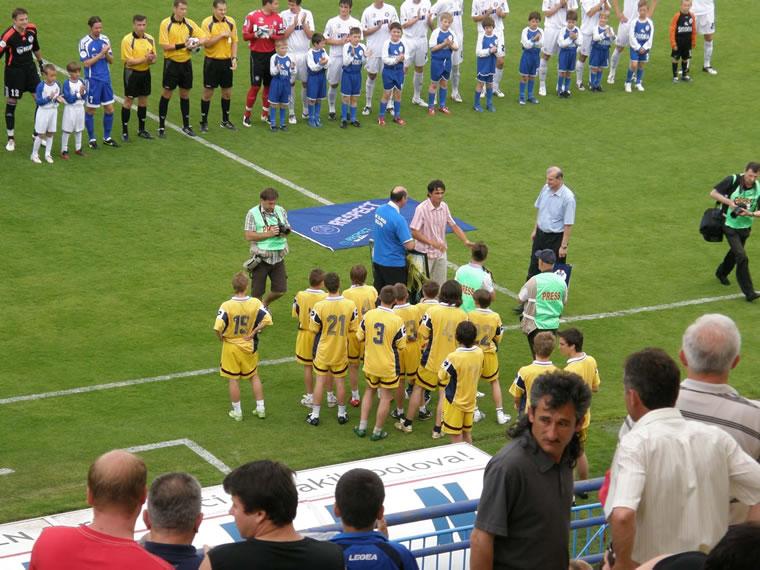 Nogomet je veselje i svečanost, ne pogreb: detalj s Gradskog stadiona; snimio Ivo Čičin-Mašansker