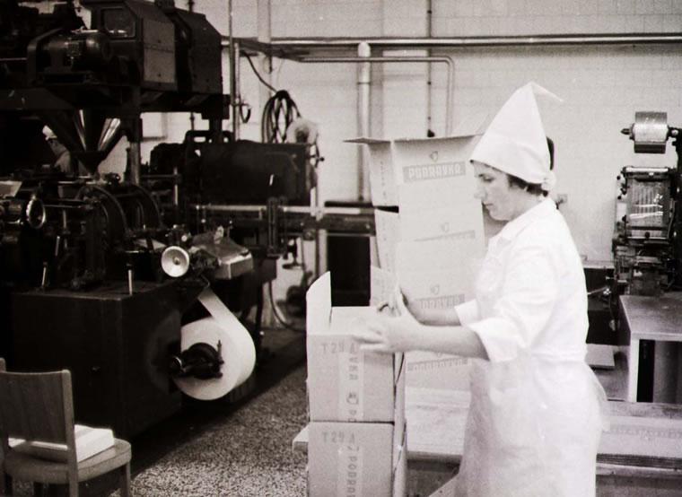 Proizvodnja Podravkinih juha sedamdesetih, prije nastanka raznih ''kora'', ''zuma'', ''grupa''; snimio Vladimir Kostjuk