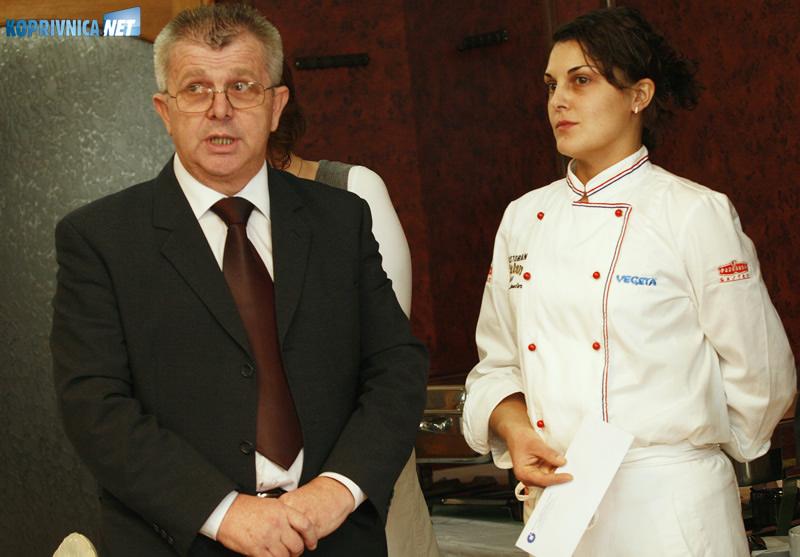 Tajnik koprivničke Obrtničke komore Božo Barač uručio je Nikolini novčanu nagradu. Snimio: Marijan Sušenj