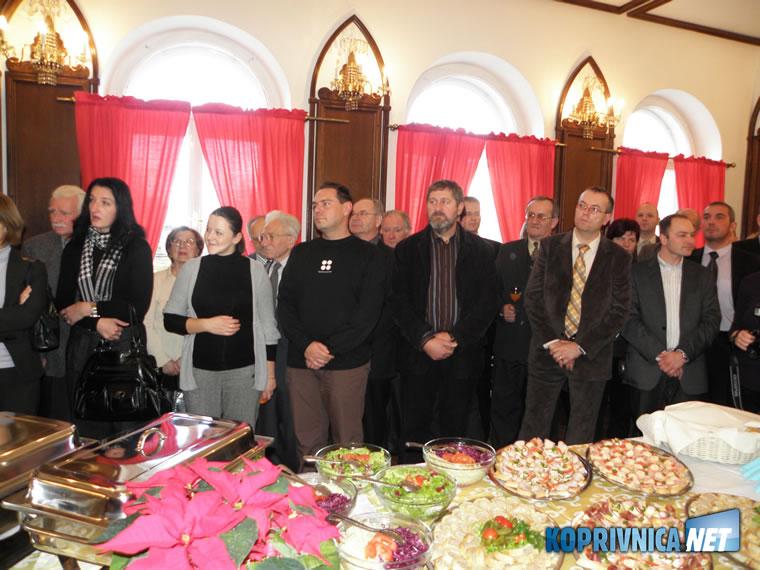 Dio sudionika na prijemu ispred bogatog blagdanskog stola