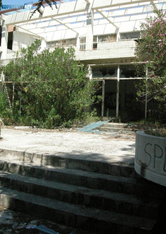 Potpuno devastirano odmaralište u Pirovcu snimljeno u ljeto 2009. godine. Snimio: Marijan Sušenj