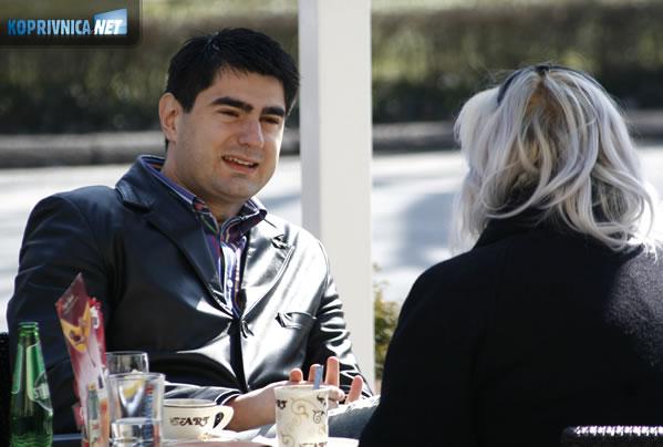 Siniša Kovačić, bivši urednik središnjeg dnevnika HRT-a krati vrijeme godišnjeg odmora uz kavu na jednoj od koprivničkih terasa // foto: Ivan Brkić