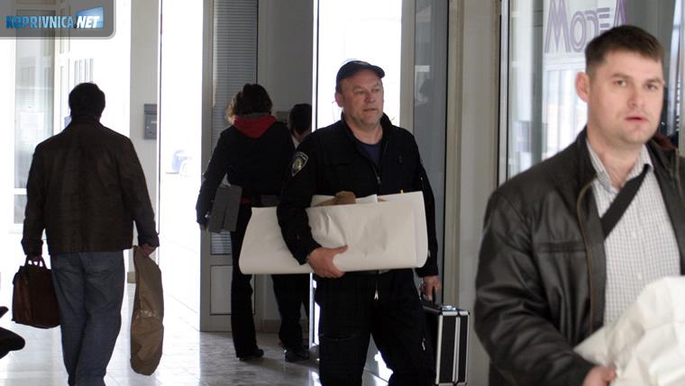 Uskok i policija iznose računala i dokumente iz ureda FIA Energy u Martinovki // foto: Ivan Brkić