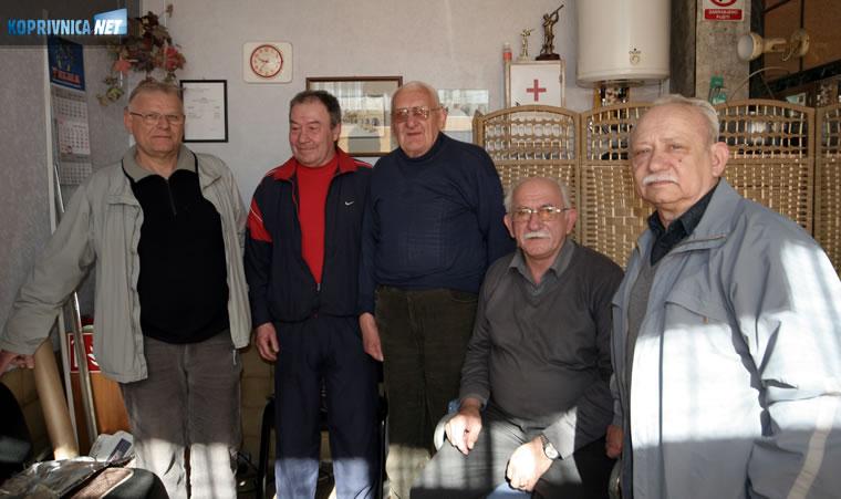 Brico Ivan Posavec sa svojim ''modelima''. S lijeva na desno Valent Stubičar, Rado Habijan, Kopači Šandor i krajnje desno kolega brijač Ivan Kosmač. // foto: Ivan Brkić