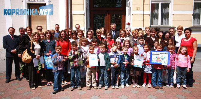 Dobitnici nagrada i priznanja ispred zgrade Županije; Foto: Ivan Brkić
