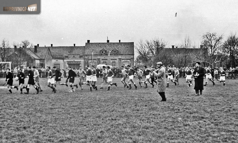 Slaven i Dinamo istrčavaju na prijateljsku utakmicu u Koprivnici početkom 60-ih; snimio Ivo Čičin-Mašansker