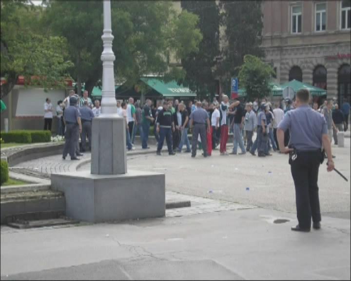 Horda Mađara koju je policija pustila na trg
