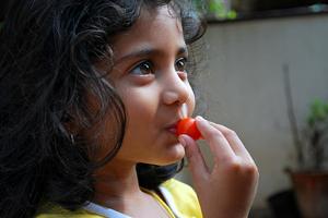 Djevojčica s rajčicom (foto: Flickr)