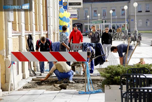 Počela obnova dotrajanih pločica u centru grada // foto: Ivan Brkić