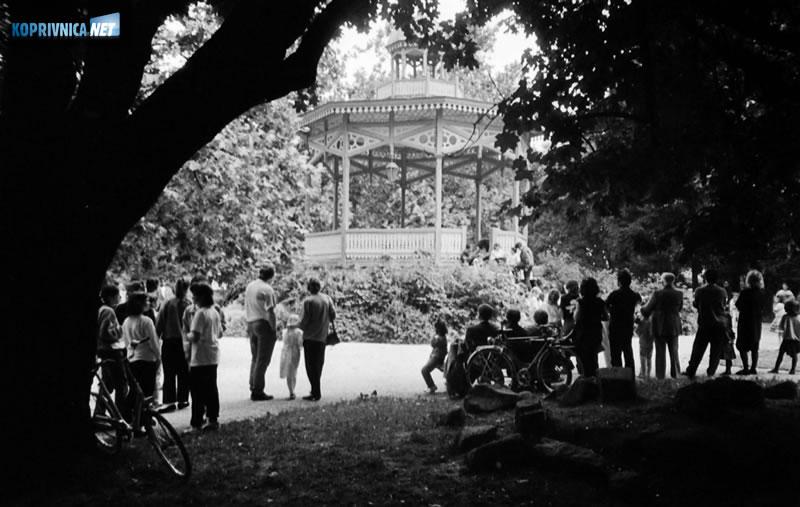 Okupljanje građana u koprivničkom parku osamdesetih godina