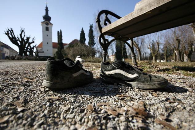 """Zbog dolaska lijepog vremena neki zaboravljaju na """"sitne"""" detalje pa je tako netko otišao bosonog kući // foto: Ivan Brkić"""