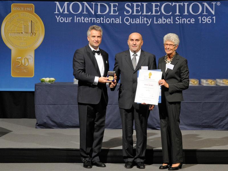 Vlado Sobota, direktor proizvodnje Carlsberga Croatia (u sredini) s predstavnicima Monde Selectiona