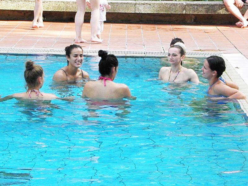 Čavrljanje u bazenu