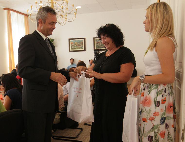 Župan je marame podijelio ravnateljima // foto: Koprivnica.net