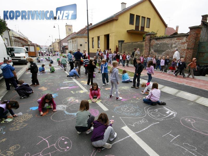 Na kolniku Frankopanske ulice djeca su pokazivala svoja likovna umijeća // foto: Ivan Brkić