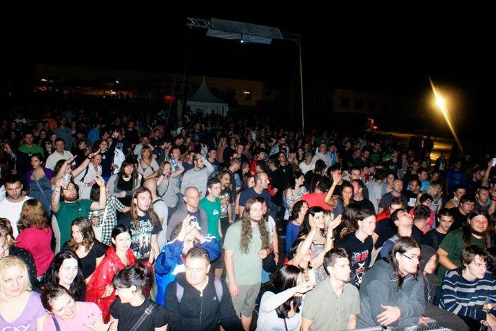 Unatoč kiši, mnogobrojna publika plesala je na zvukove omiljenih bendova