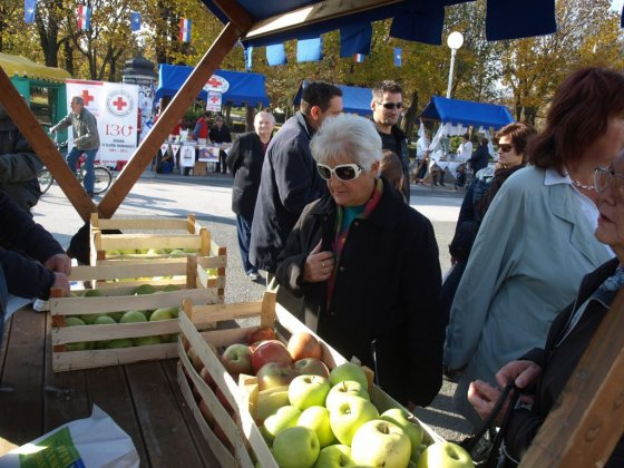 Prodaja jabuka / Foto: koprivnica.hr