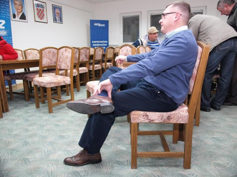 Damir Felak mirno prati televizijske komentare izbora / Foto: Zoran Stupar