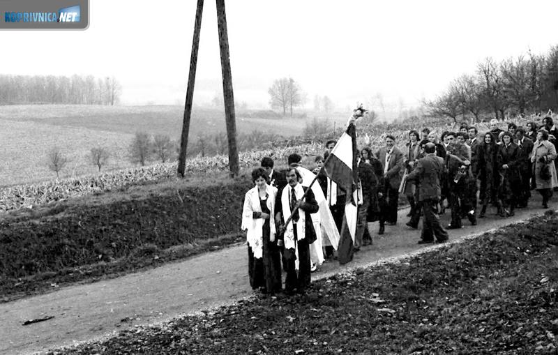 Svadbena povorka penje se na brdašce prema kapelici
