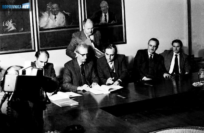 U tzv. ''desetki'' u koprivničkoj Podravki potpisan je samoupravni sporazum o tehničko-poslovnoj suradnji i udruživanju rada i sredstava između Agrokosova iz Prištine, PIK Progrex-exporta iz Prizrena i SOUR-a Podravka kojeg je predstavljao Đuro Bijač (desno)