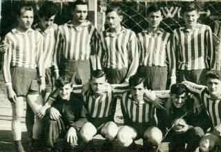 Treći s lijeva stoji Slavko Nemec, do njega Zlatko Glavica. U donjem redu s lijeva Ratko Hegedušić, Dragutin Habek, a sasvim desno Marijan Habek