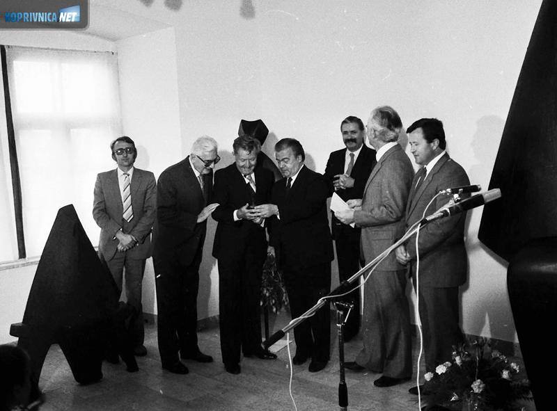 Otvorenje Galerije Sabolić 1983. godine, treći s lijeva Ivan Sabolić u društvu kultrunih radnika i uglednika