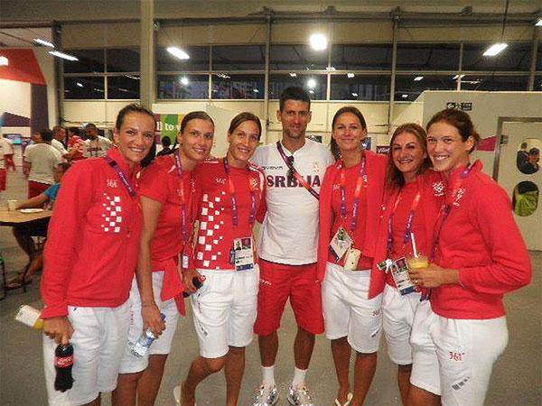 Hrvatske rukometašice sa srpskim tenisačem Novakom Đokovićem