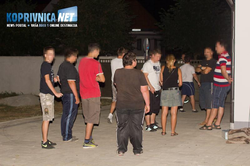 Kod župnog dvora skupilo se mnoštvo mještana // foto: Mario Kos