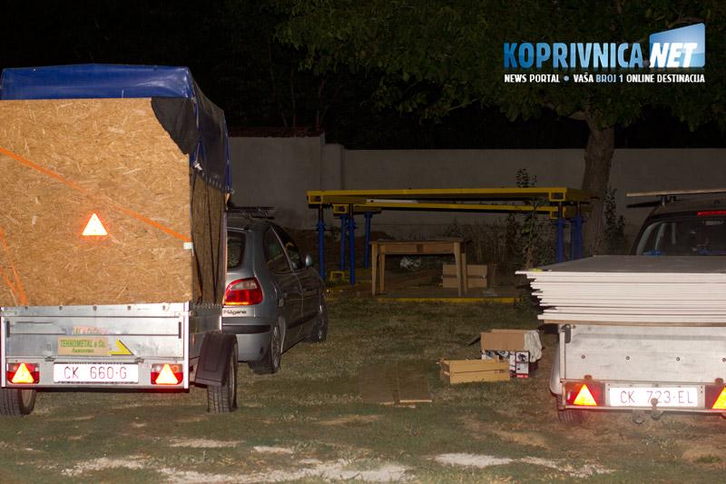 Natovarene prikolice i auti čekaju na polazak // foto: Mario Kos