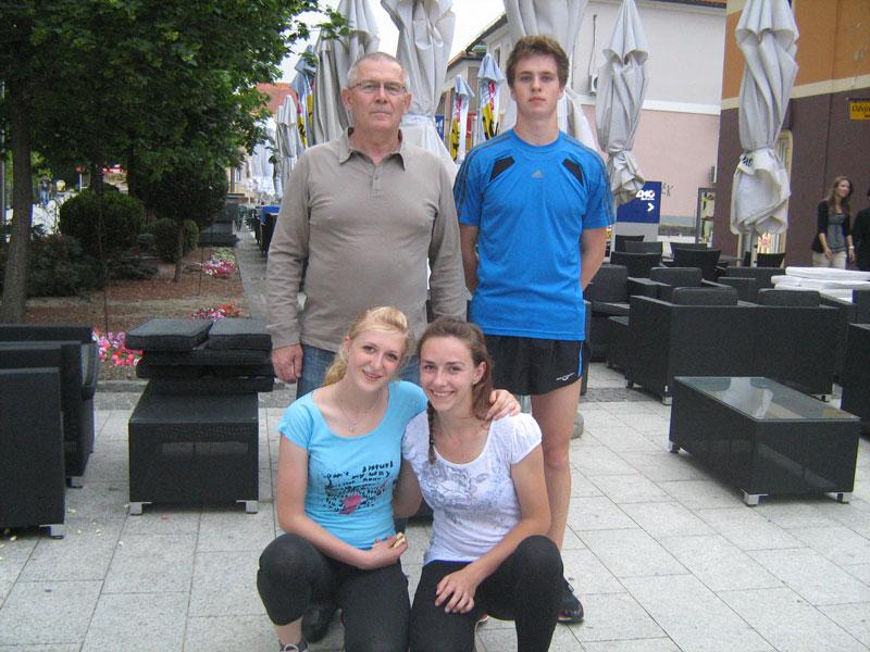 Atletičari s trenerom Marijanom Kuharićem