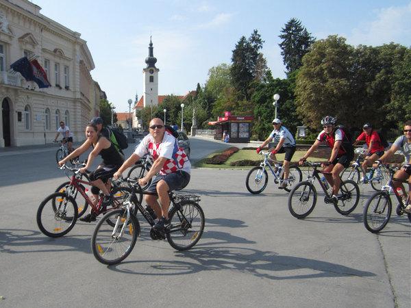 Biciklisti na gradskom trgu // foto: arhiva