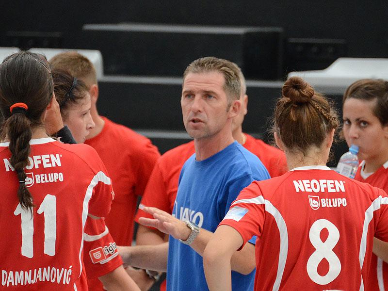 Podravkin trener s igračicama, lijevo Sanja Damnjanović