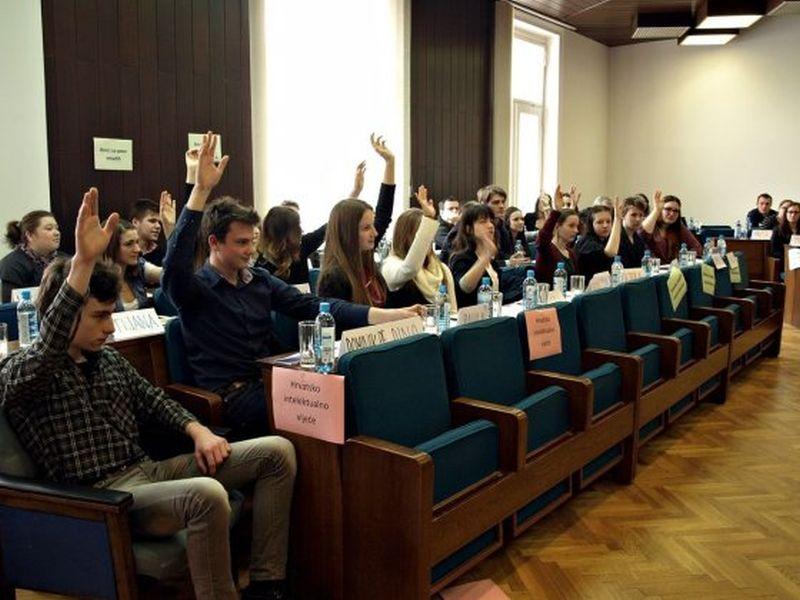 Baš poput pravih vijećnika, aktivni su bili i mladi gimnazijalci // foto: Koprivnica.hr