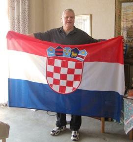 Angelo Zgorelec sa zastavom koju je poklonio Koprivnici