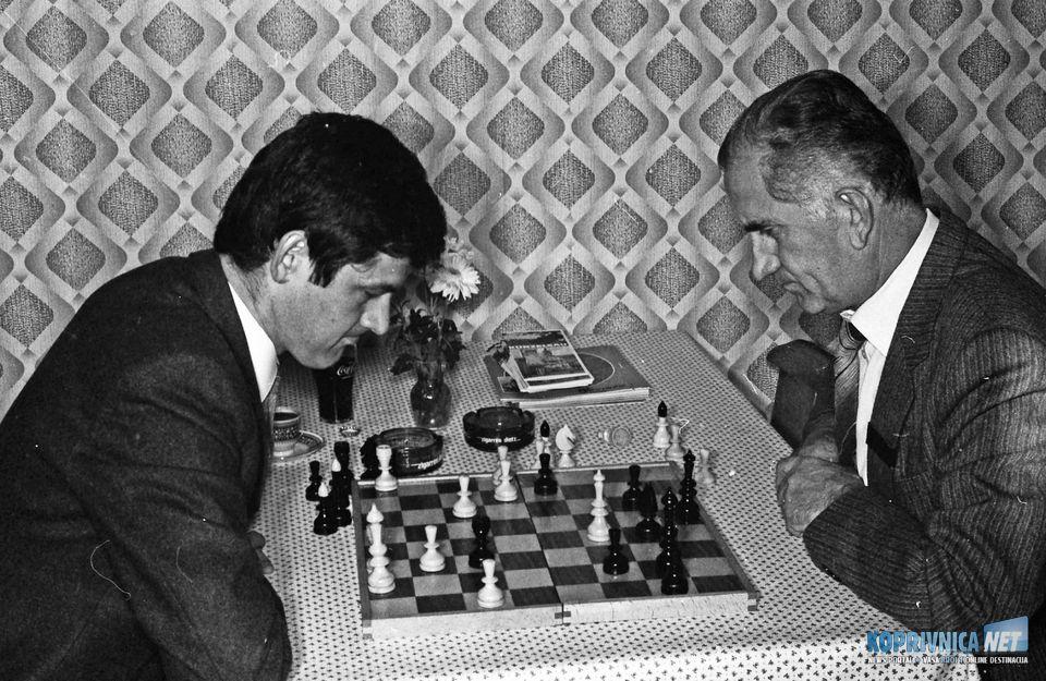 Julio Kuruc zamišljen nad šahovskom tablom