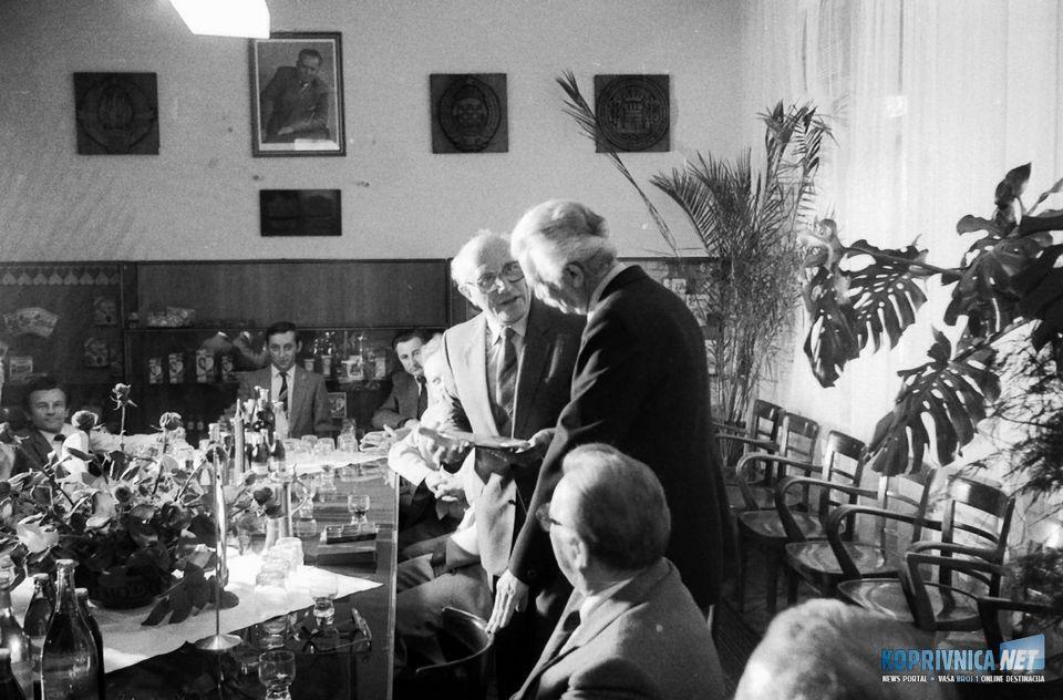 Gradonačelnik Künzelsaua Herbert Frenz i Krešimir Švarc razmjenjuju darove