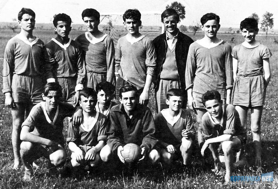 Školska ekipa predvođena Josipom Samaržijom (stoji peti slijeva), Đola čuči treći s lijeva