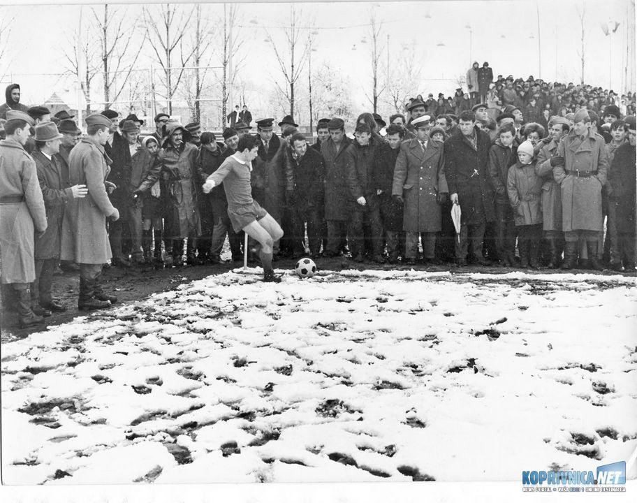 Na kup utakmici Slaven - Hajduk 1:2, na snijegu, Đola izvodi korner // Foto Ivica Šef