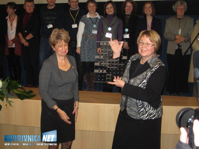 Ravnateljica koprivničke knjižnice Dijana Sabolović Krajina (desno) primila je nagradu za knjižnicu godine // Foto: Koprivnica.net