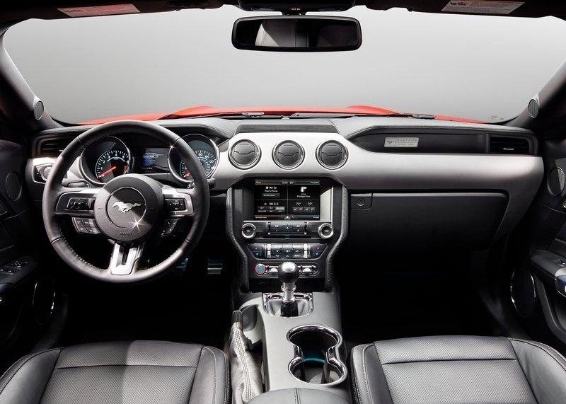 Ford Mustang GT (2015) interijer