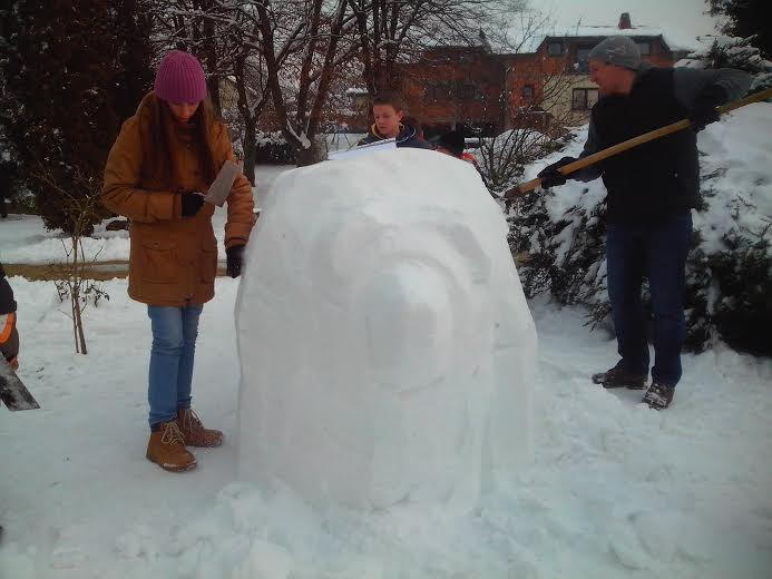 Igor Brkić izrađuje snježnu skulpturu