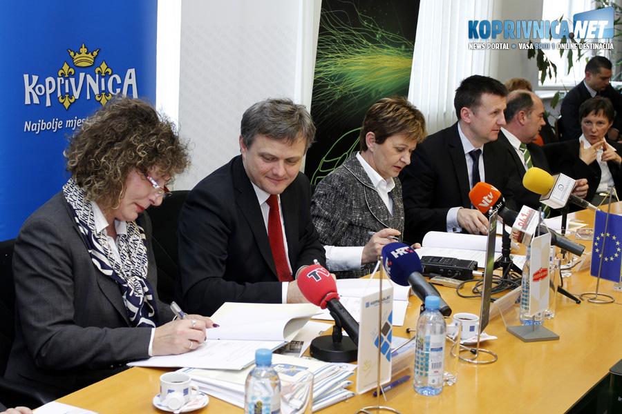 Detalj s potpisivanja ugovora u prostorijama koprivničke Gradske vijećnice // Foto: Koprivnica.net